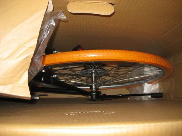 オレンジ色のタイヤ