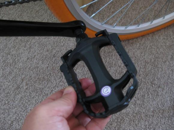 クロスバイクのペダルを取り付ける