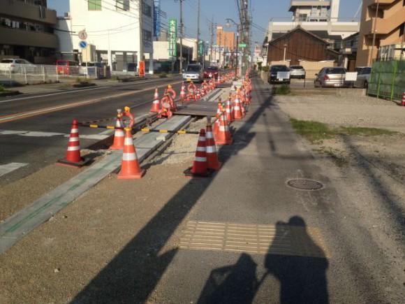 国府宮駅から西に向かって伸びる歩道のバリアフリー工事が始まりました。