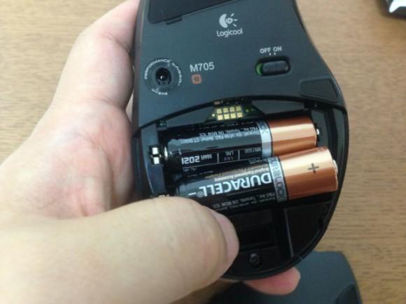 単3電池をねじこみます。