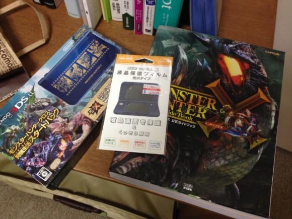 モンハンクロスのゲーム入り3DSLL本体と液晶保護フィルム。そして、だいぶ前に買った攻略本