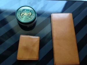イイ感じに経年変化してきたココマイスター財布を1909クリームで磨きました