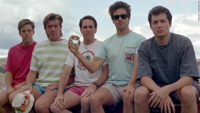 35周年!同じ場所、同じポーズで写真を撮る5人の男たち