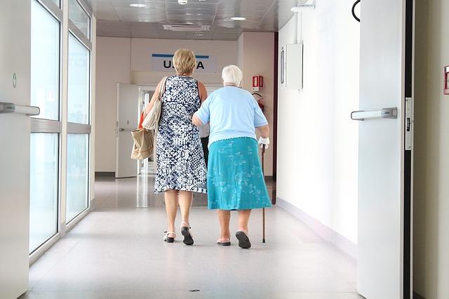 高齢者の転倒は命取り!介護やリハビリに使う靴は専門のものを選ぶべし