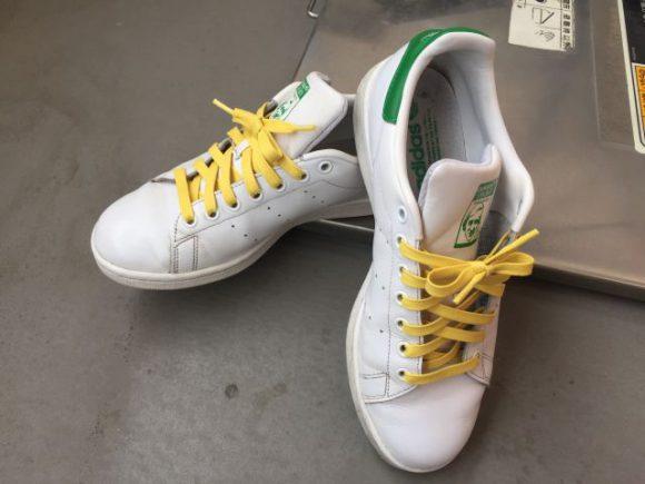 スタンスミスの靴ヒモを着せ替えてレモンっぽい爽やかな印象に