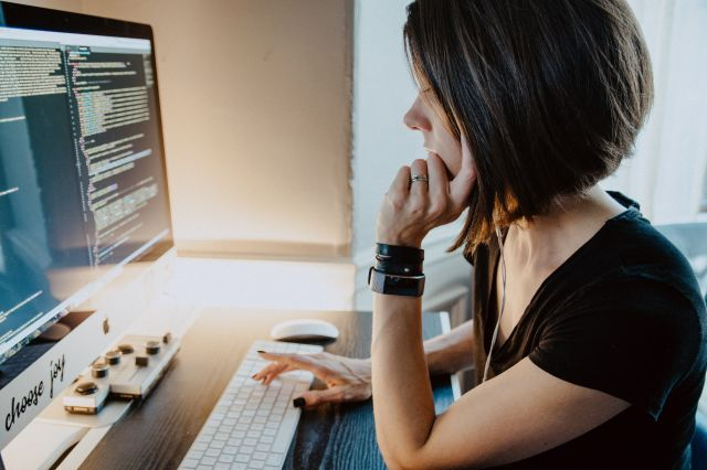 プログラミングスクールに入るときに利用できる助成金とは?