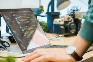 無料プログラミングスクールはなぜ無料なのに成り立ってるの?儲けのポイントと仕組みを詳しく解説