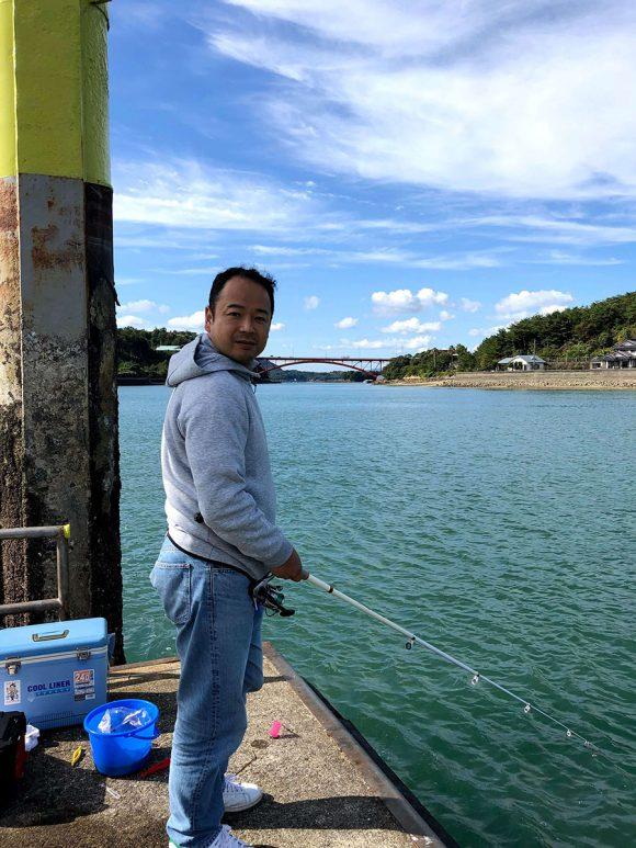 会津港 (上天草 )泳がせ釣りに使おうと思っていたアジがバケツごと流され悲しみの表情