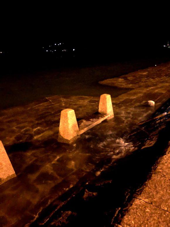 大潮の満潮で海水が溢れてる三角西港