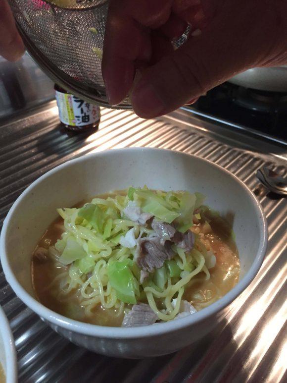 麺を具材と合わせる。ジョブチューンのマルちゃん正麺味噌味「冷やし甘酒味噌ラーメン」を作ってみた